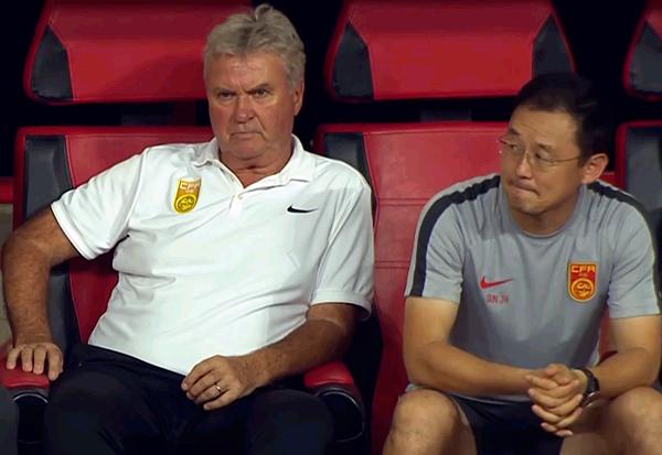 Ông Guus Hiddink (trái) cùng trợ lý ngồi trên băng ghế huấn luyện viên. Ảnh: Sina