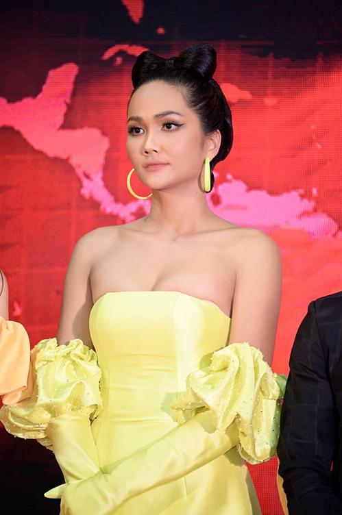 Chiếc đầm cúp ngực của HHen Niê.