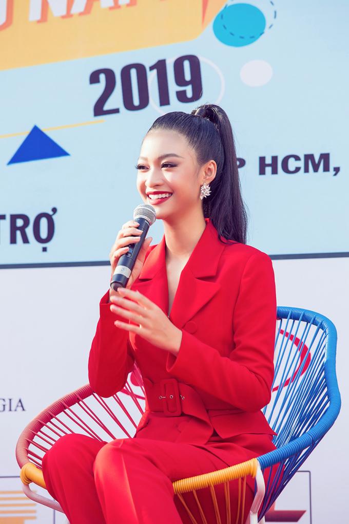 """<p> Kiều Loan còn khoe giọng qua ca khúc """"Tình quê"""" do nhạc sĩ Trần Quế Sơn sáng tác.</p>"""