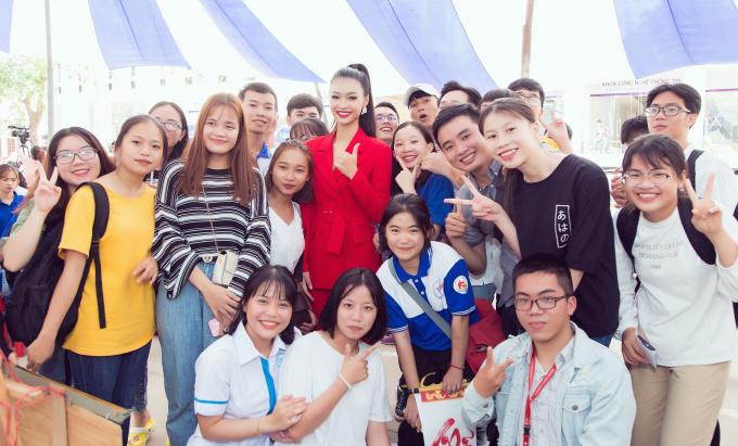 <p> Kiều Loan thân thiện chụp ảnh cùng các bạn sinh viên. Cô đang chuẩn bị để đại diện Việt Nam tham dự Miss Grand International sắp tới.</p>