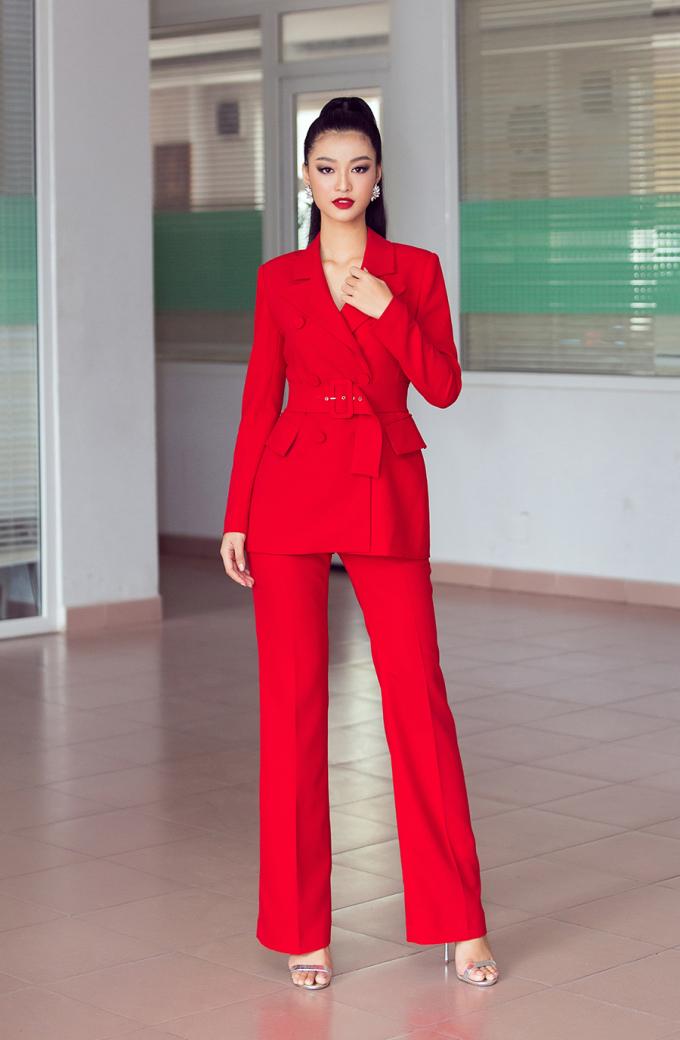 <p> Ngày 7/9, Kiều Loan dự cuộc họp mặt hội đồng hương Quảng Nam - Chào đón Tân sinh viên Quảng Nam tại TP HCM. Á hậu xuất hiện với bộ vest đỏ nổi bật.</p>