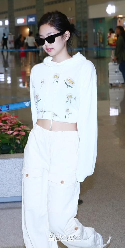 Jennie được khen đẹp với mọi phong cách khi ra sân bay