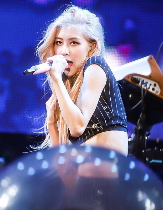 Ngày 7/9, Black Pink tham giaThe Wired Music Festivaltại Nhật Bản. Trong các thành viên, Rosé là nhân vật gây chú ý nhất. Loạt ảnh của nữ idol sinh năm 1997 đang trở thành chủ đề nhận nhiều bình luận trên diễn đànTheQoo.