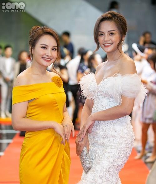 Thu Quỳnh chụp hình cùng Bảo Thanh tại sự kiện. Trong Về nhà đi con, hai diễn viên vào vai chị em. Ngoài đời, họ dính tin đồn bất hòa song người trong cuộc phủ nhận.