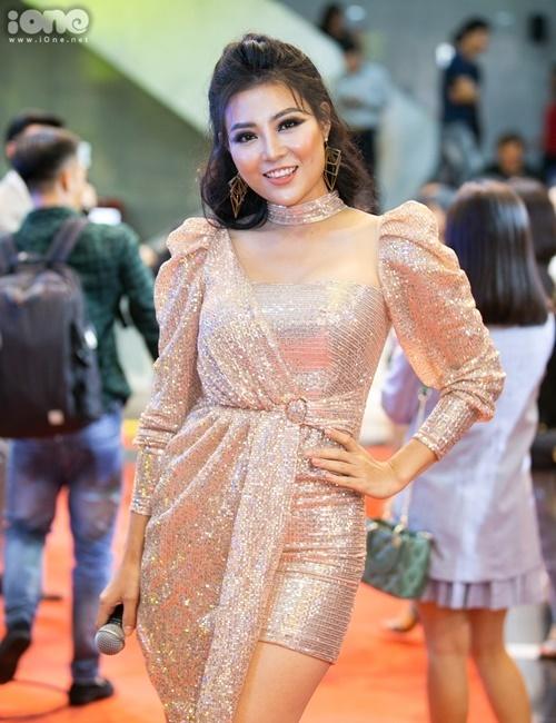 Thanh Hương diện trang phục bất đối xứng. Cô vào top 5 đề cử Diễn viên nữ ấn tượng.