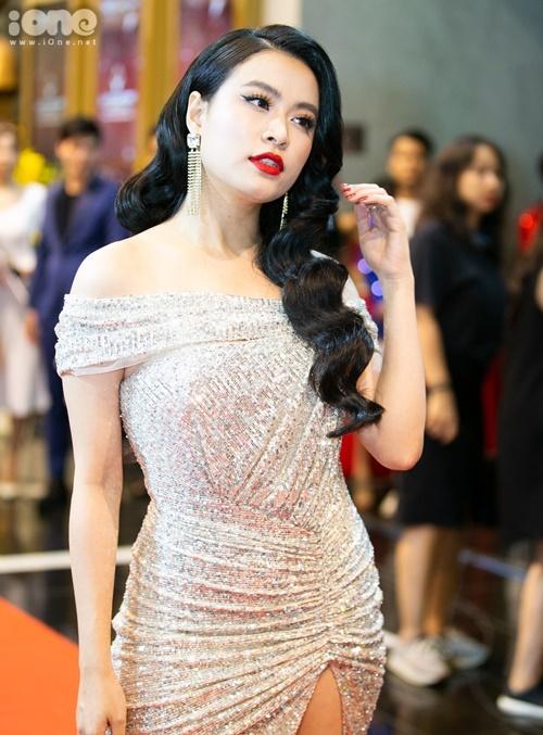 Hoàng Thùy Linh diện đầm ôm sát, khoe đường cong. Cô trở lại màn ảnh VTV qua phim Mê cung thời gian qua.