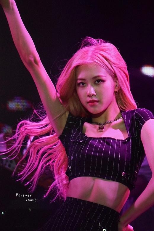 Các fan cho rằng, trong những sân khấu ngoài trời, nhiều nữ idol sẽ gặp rắc rối vì gió to thổi tung mái tóc rối. Tuy nhiên đối với Rosé, mái tóc cô nàng vẫnbồng bềnh thẳng nếp khó tin.