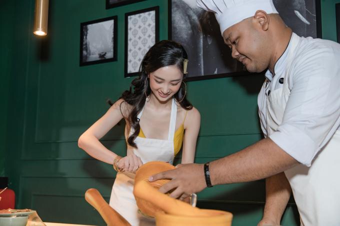 <p> Không những thế, Jun Vũ còn trổ tài làm món som tum (gỏi đu đủ) - món ưa thích nhất. Cô được hướng dẫn bởi một đầu bếp chuyên nghiệp người Thái.</p>