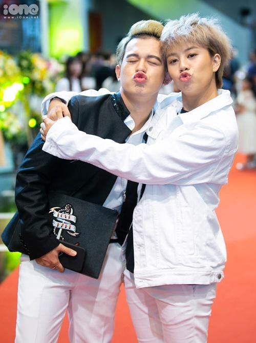 Quang Anh và Bảo Hân vui vẻ gặp lại sau khi phim Về nhà đi con hết sóngđược một tháng.