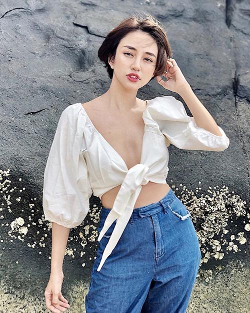 Áo buộc vạt không phải là xu hướng mới. Trước đây, kiểu áo này thường được buộc ngang eo để tạo vẻ cá tính. Hiện tại, nhiều sao Việt chuyển qua mê mệt áo buộc ngang chân ngực, tăng khả năng khoe vóc dáng gợi cảm.