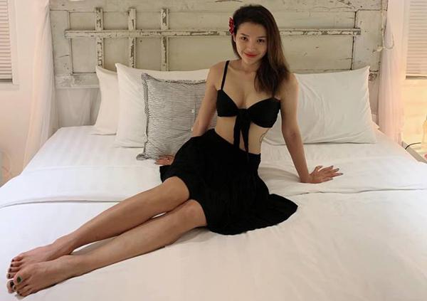 Chiếc áo buộc vạt chỉ đủ che vòng một giúp Phương Trinh sexy chẳng khác gì diện nội y hay bikini.