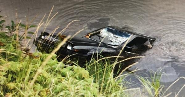 Chiếc xe hơi được kéo lên từ hồ Griffin. Ảnh: RCMP