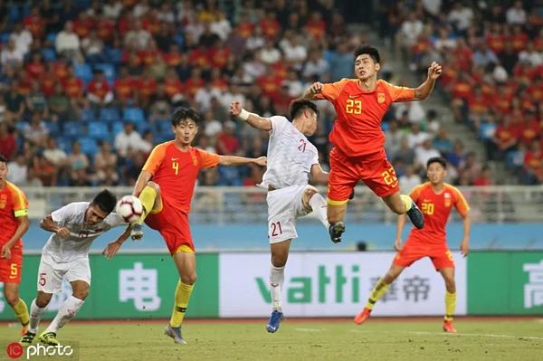 Cầu thủ U22 Việt Nam chơi trong trang phục toàn trắng, trong trận gặp U22 Trung Quốc, chiều 8/9.
