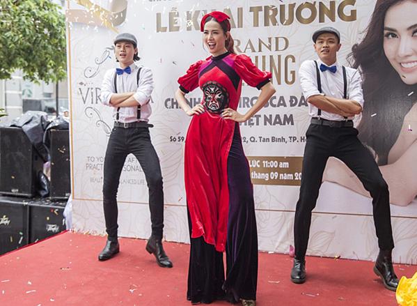 Phan Thị Mơ thay áo dài, nhảy trên nền nhạc Cô Ba Sài Gòn, tạo không khí sôi nổi trong buổi khai trương.