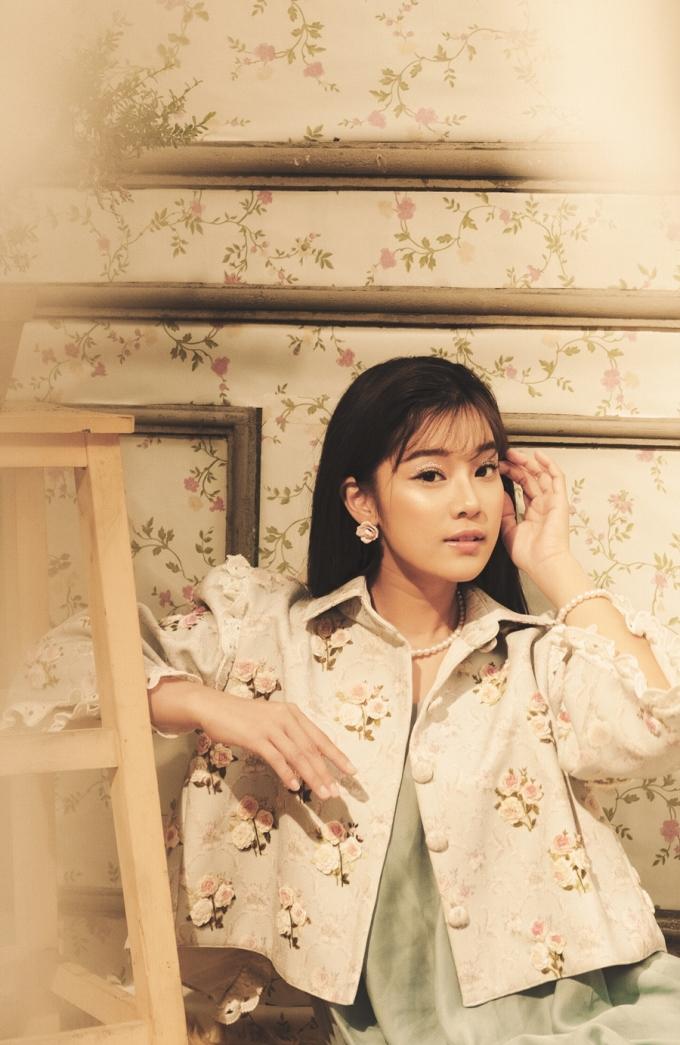 """<p> Về quan điểm yêu, Hoàng Yến Chibi thừa nhận khá cứng đầu. Cô nói: """"Có thể nói tôi yêu kiểu bất chấp, đập đầu vào tường luôn ấy. Một khi đã thích, Yến sẽ yêu mà ít quan tâm người ta thế nào..."""".</p>"""