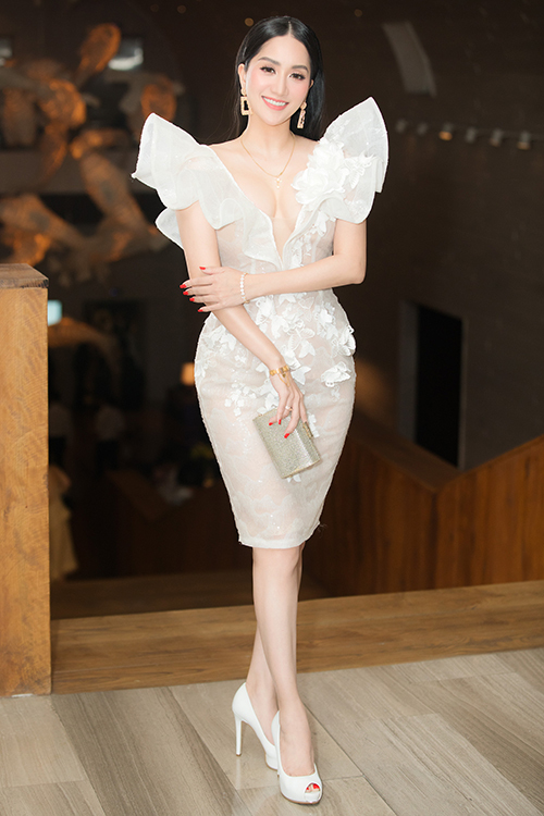 Khánh Thi chọn một bộ đầm xẻ ngực sâu, khoe vòng một gợi cảm.