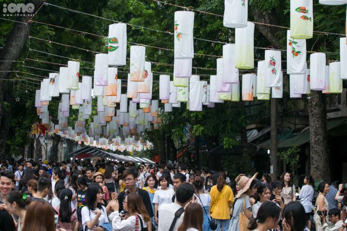 <p> Phố Phùng Hưng (quận Hoàn Kiếm, Hà Nội) trở nên tấp nập những ngày qua khi người dân kéo nhau đến pose hình. Nơi đây được trang trí bởi hàng trăm chiếc đèn lồngtrải dài khoảng 300m.</p>