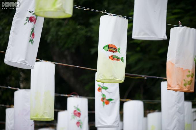 <p> Những chiếc đèn lồng được làm từ vải, hình trụ với các họa tiết thể hiện văn hóa Việt Nam như cá chép, hoa lá...</p>