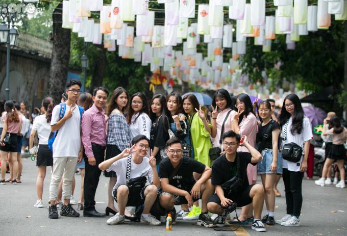 <p> Chỉ ít ngày sau khi treo đèn lồng, phố Phùng Hưng đã rất tấp nập. Mỗi ngày, nơi đây thu hút hàng trăm người dân, đặc biệt là các bạn trẻ đổ về chụp ảnh.</p>