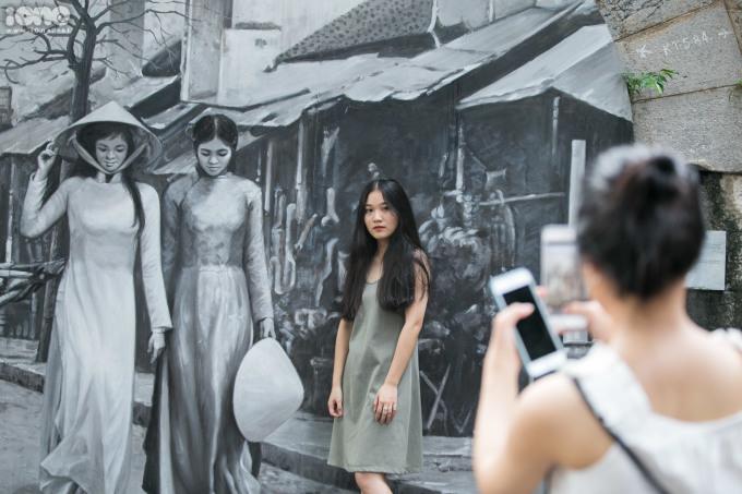 <p> Con phố có17 bức bích họa vòm cầu về Hà Nội xưa được thực hiện bởi các nghệ sĩ Việt Nam và Hàn Quốc, tạo ra một không gian kết nối các giá trị di sản, nghệ thuật và cộng đồng. Ở từng ô vòm cầu, du khách sẽ được chiêm ngưỡng một Hà Nội xưa, cổ kính.</p>