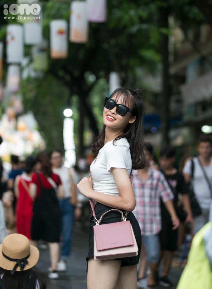 <p> Phùng Hưng trở thành địa điểm check-in mới của giới trẻ trong dịp tết Trung thu, ngoài phố Hàng Mã quen thuộc.</p>
