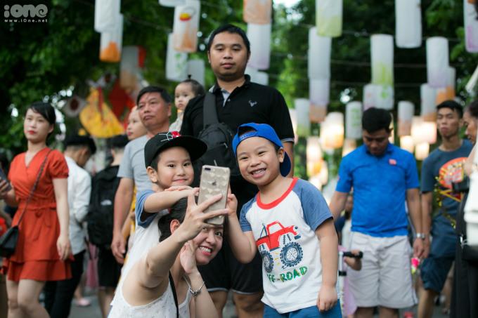 <p> Nhiều gia đình cũng cho trẻ em đi ngắm đèn lồng, thưởng ngoạn không khí Trung thu sớm.</p>