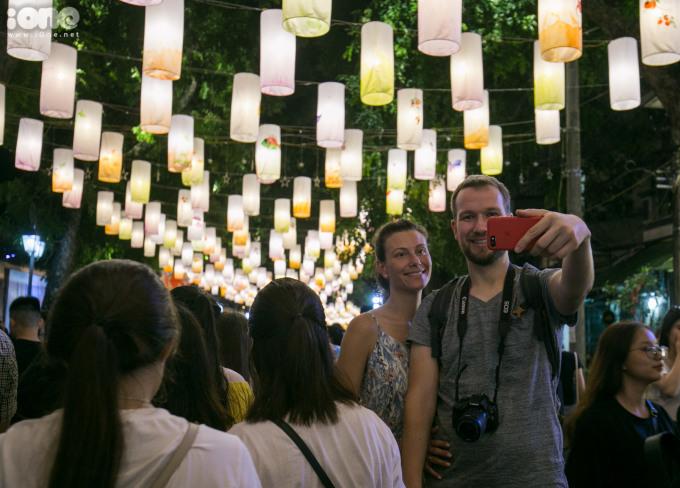 <p> Nhiều du khách nước ngoài thích thú với con đường đèn lồng độc đáo này.</p>
