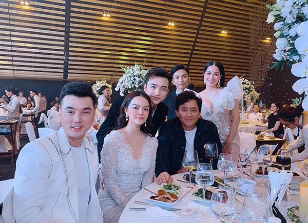 Trong hôn lễ, vợ chồng Khánh Thi ngồi cùng bàn tiệc với Ưng Hoàng Phúc, Phạm Quỳnh Anh, Trấn Thành và Soobin Hoàng Sơn. Cô chia sẻ, các nghệ sĩ đều có mối quan hệ gần gũi với đại gia Minh Nhựa nên đến chúc mừng niềm vui lớn của gia đình anh.