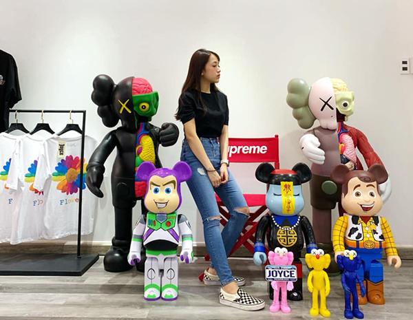Mức độ mạnh tay mua sắm hàng hiệu của Minh Anh còn thể hiện ở bộ sưu tập Bearbrick - đồ chơi dành cho giới siêu giàu.