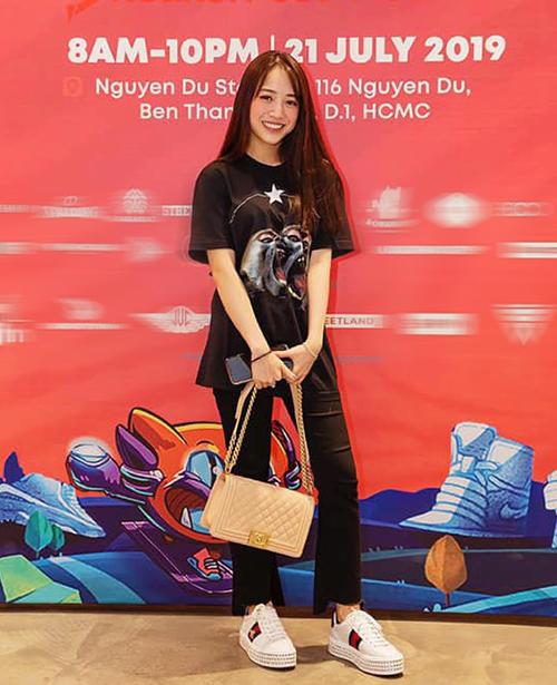 Mẫu túi Chanel Boy kinh điển cũng được Minh Anh sắm về. Cô bạn kết hợp chiếc túi giá hơn 4.000 USD(gần 100 triệu đồng) cùng mẫu sneakers đế độn của Gucci, giá 1.250 USD (gần 30 triệu đồng).