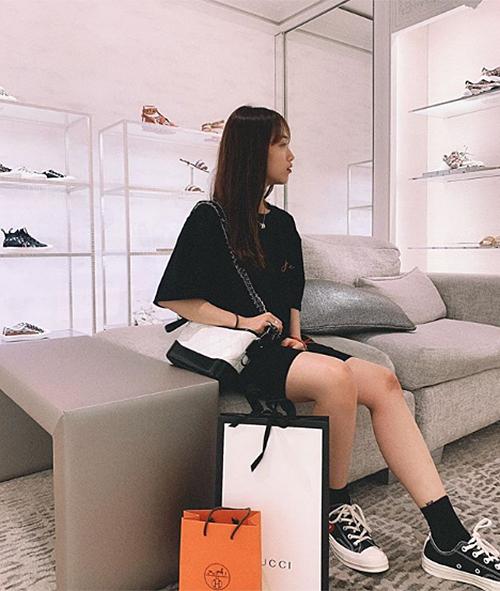 Mẫu túi Chanel Gabrielle giá hơn 100 triệu đồng cho thấy tình yêu to lớn với hàng hiệu của Minh Anh.