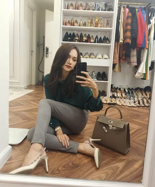 Hương Giang khoe ảnh chụp trước gương, tiết lộ căn phòng để quần áo, giày dép chật kín.