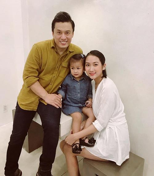 Lam Trường trẻ trung bên vợ và con gái.