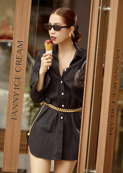 Ngọc Trinh vừa dạo phố vừa ăn kem.