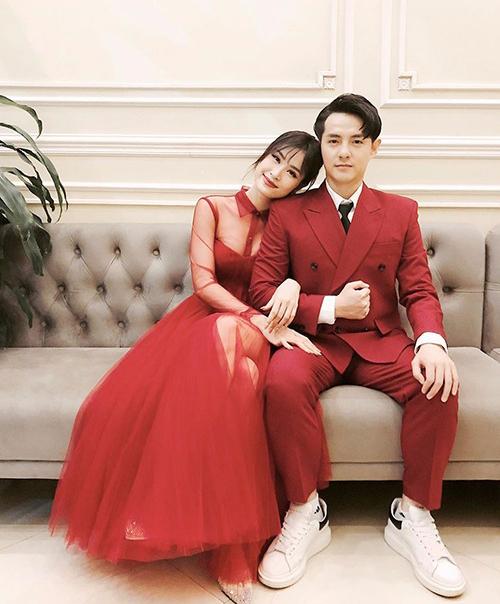 Đông Nhi hé lộ một bức ảnh cưới. Cả cô và Ông Cao Thắng đều diện đồ đỏ rất nổi bật.
