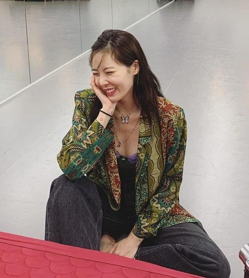 Hyuna mặc áo trễ ngực gợi cảm. Cô nàng bị nhận xét dừ khi cười kiểu nhăn nhó.