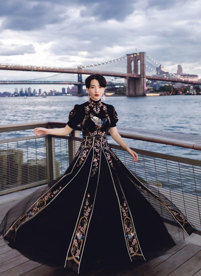 <p> Hot girl Hồng Xuân lựa chọn trang phục của NTK trẻ Hồ Hoàng Ca Dao cho show của Jason Wu.</p>