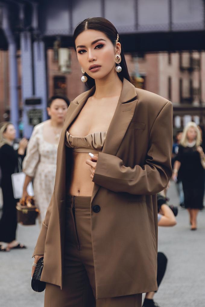 Minh Tú khoe dáng sexy với 'áo 5 cm'