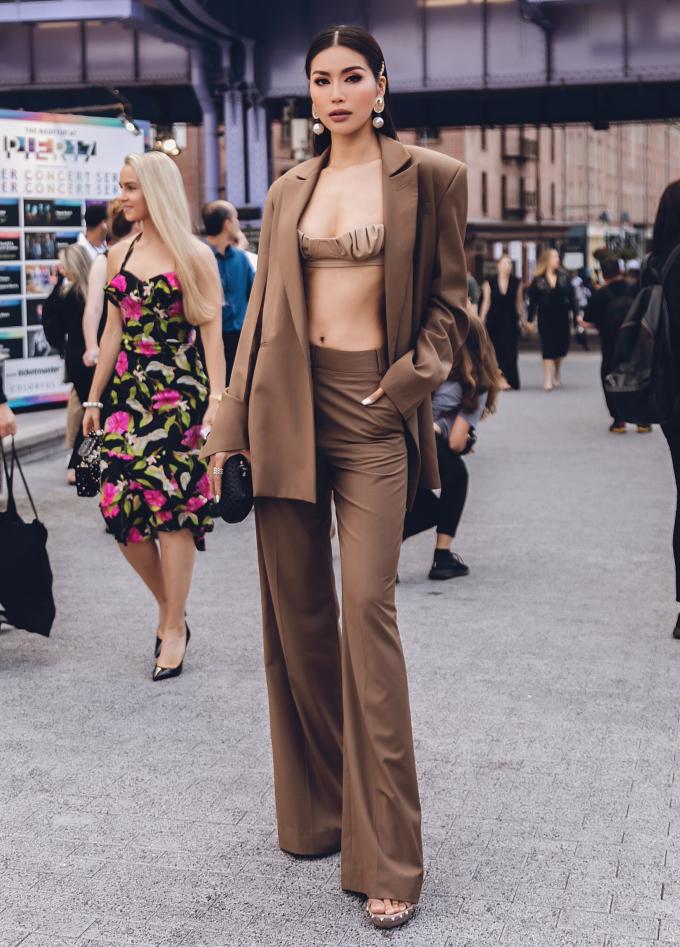 """<p> Sau ngày đầu tiên tham dự New York Fashion Week với váy xẻ cao hở bạo, Minh Tú đổi sang hình tượng cá tính với bộ suit của NTK Lâm Gia Khang. Cô diện blazer dáng rộng khoác hờ hững, bên trong là bra cách điệu có độ dài """"5 cm"""", giúp siêu mẫu khoe vòng một gợi cảm và eo săn chắc.</p>"""