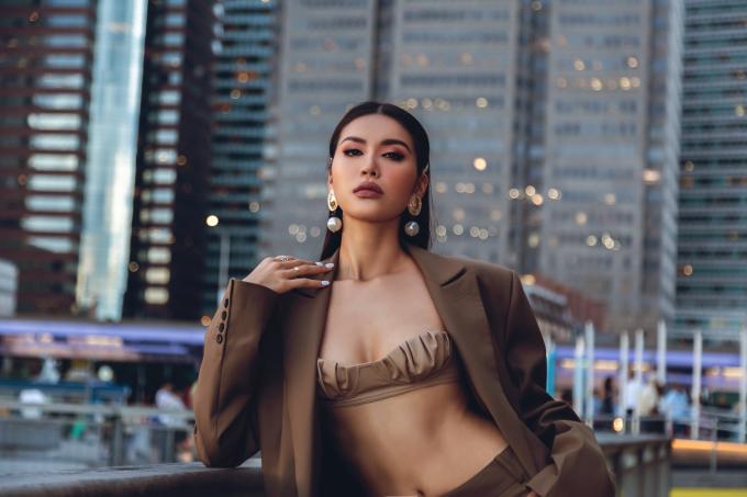 """<p> """"New York Fashion Week đem lại cho tôi một cảm giác hoàn toàn mới. Guồng quay thời trang diễn ra rất nhanh, nếu chúng ta không học hỏi thì rất dễ thụt lùi"""", Minh Tú trả lời phỏng vấn.</p>"""