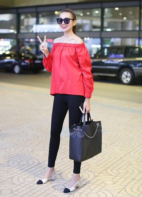 Diện legging cùng áo dài trùm mông như Thanh Hằng là cách đơn giản, thông minh để chinh phục món đồ này.