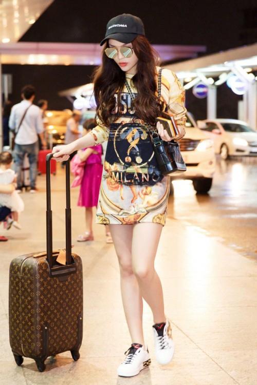 Váy thun giúp Kỳ Duyên khoe chân, không bị gò bó trong những chuyến bay dài.