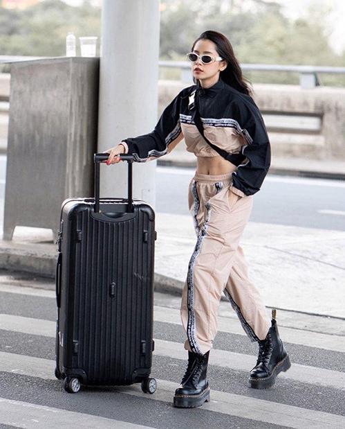 Qua thời sao Việt mê làm lố ở sân bay, giờ đây khi di chuyển, các người đẹp đều ưu tiên những bộ cánh năng động, thoải mái. Đồ thể thao nguyên cây là kiểu đồ được nhiều sao ưu ái vì vừa gọn gàng, dễ mặc lại trông hiện đại. Chi Pu nhận được nhiều lời khen khi diện đồ sporty khoe eo, kết hợp boots hầm hố ăn ý.