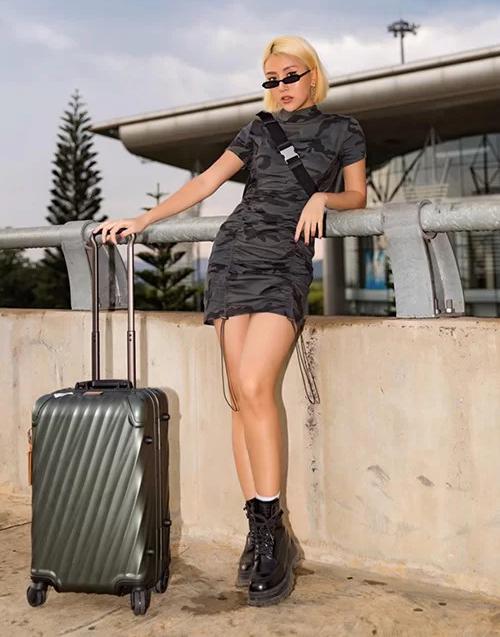 Quỳnh Anh Shyn chứng minh chỉ với một chiếc váy gọn gàng, cô vẫn có thể biến thành thời trang chất lừ ở sân bay nhờ phụ kiện đi kèm.