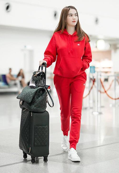 Ngọc Trinh trước đây từng là một nữ hoàng mặc sến ở sân bay. Hiện tại, cô là một trong những mỹ nhân có phong cách khi di chuyển đáng học hỏi nhất Vbiz. Người đẹp rất thích mặc đồ thể thao nguyên bộ đi kèm giày sneakers.