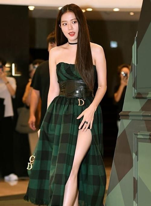 Tại sự kiện thời trang ngày 19/8, Ji Soo cũng nhận nhiều ý kiến trái chiều về ngoại hình. Không ít fan cho rằng cô nàng đang tròn trịa quá mức. Thân hình tăng cân của Ji Soo lộ rõ khi cô diệnbộ váycó thiết kế thắt lưng nặng nề.