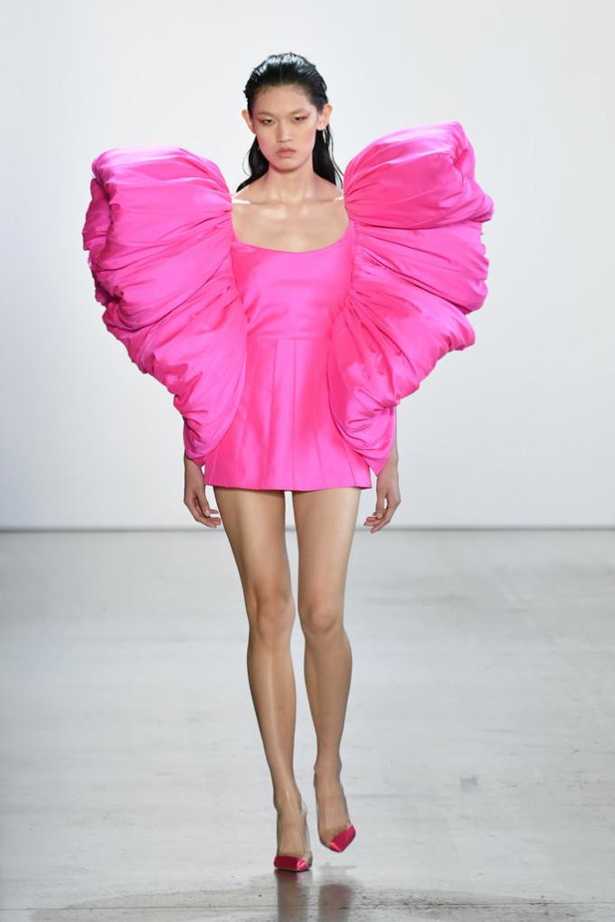 <p> Theo tạp chí <em>Us Magazine</em>, mỗi bộ váy cao cấp của nhà thiết kế Việt giá có thể lên tới 15.800 USD (hơn 360 triệu đồng).</p>