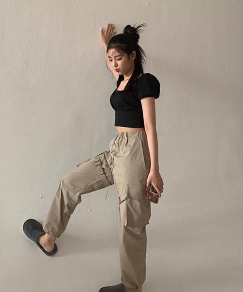 Mẫu áo cũng được Lia (ITZY) yêu thích, cô nàng mix item với quần túi hộp khỏe khoắn và đầy cá tính.