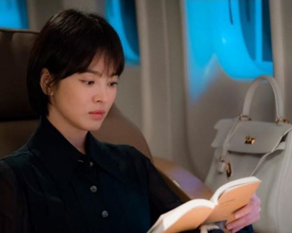 Ngoài Jessica, Song Hye Kyo cũng sở hữu bộ sưu tập túi đắt đỏ không kém. Trong bộ phim