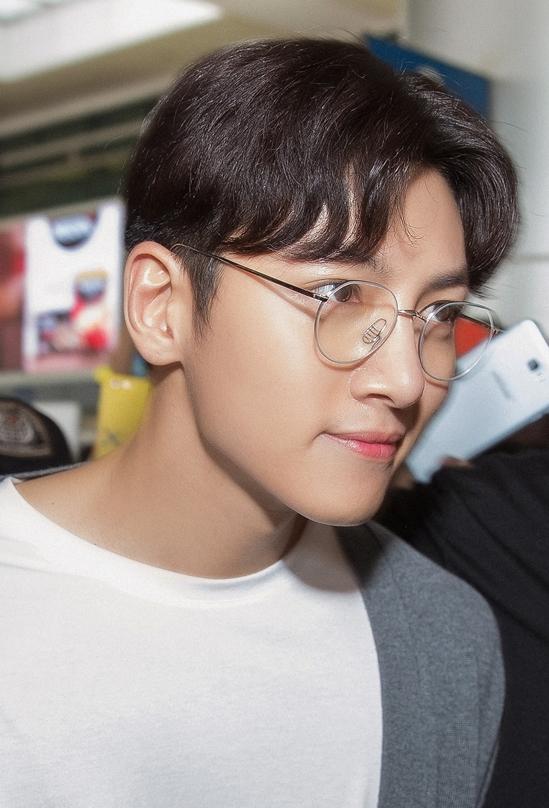 """<p> Ji Chang Wook xuất ngũ vào ngày 27/4. Nam diễn viên sinh năm 1987 phục vụ tại Lữ đoàn pháo binh huyện Cheorwon, tỉnh Gangwon (Hàn Quốc). Anh sẽ tái xuất màn ảnh nhỏ với vai diễn trong bộ phim """"Please Melt Me"""", lên sóng ngày 28/9.</p>"""